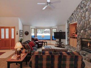 Spacious single-level home w/ private hot tub, 2 master suites, 10 SHARC passes!, Sunriver