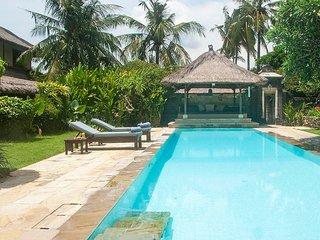 Villa Alamanda, 3 BR, 5 mins beach, Sanur