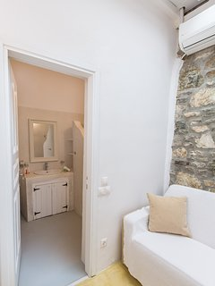 The en-suite bathroom of the master suite in traditional Mykonian style