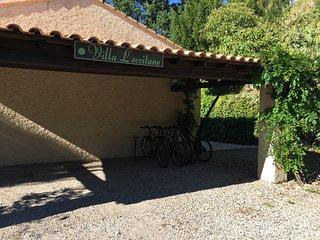 Appentis de la Villa L'occitane pouvant abriter deux voitures.