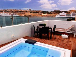Senglea penthouse studio with a private summer pool, sea and Valletta views