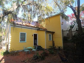 beautiful cottage in the heart of it all with free Wifi and private parking, Savannah