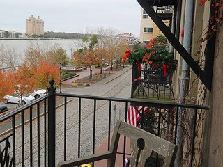 Overlooking Riverstreet, Free private Parking, free WiFi