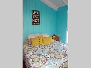 Private Surf Cottage Studio with Full Kitchen- 3 Miles to Siesta Key, Osprey