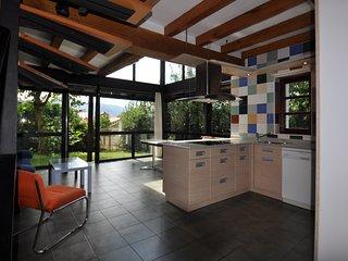 Casa de diseño con jardín