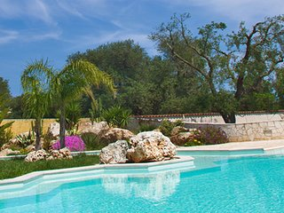 Tenuta Placella with swimming pool and lovely garden. 5 km from sandy beach, Serranova