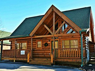 Zip-A-Dee-Doo ~ Luxury Cabin! Hot Tub - Pool Table - Flat Screen TVs - Zipline, Sevierville