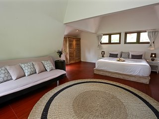 Modern, great villa walking distance to Padma Beach.