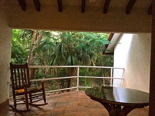 Beachfront Studio Bungalow w/Pool, Private Patio, Walk2Town + Monkeys!, Langosta