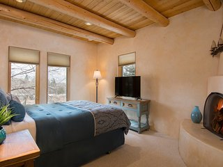 East-side retreat- Hacienda Apodaca, sleeps 9, walking distance to Canyon Rd