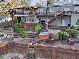Beautiful vacation home on Lake Hamilton and only minutes away from Oaklawn