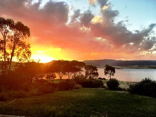 Edzell - a lakefront house with stunning views, Jindabyne