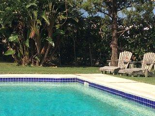 Las Brisas Apartment with Pool and close to beach, Smith's Parish