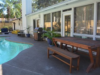 POOL w 8 ft PRIVACY fence, LUXE OPEN PLAN, BILLARDS, UVERSE TV, WiFi, LOCATION