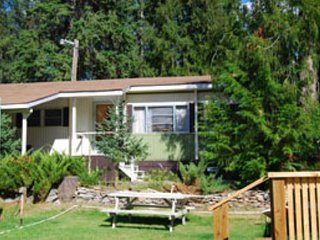 A wonderful bungalow with plenty of space close to the beach!, Christina Lake