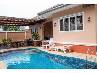 This Jomtien Pool Villa has 4 Bedrooms, 3 Bathrooms, a private pool and fully eq