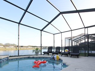 Tropical Lakefront Villa, Pet-Friendly and only 5 mins to Disney