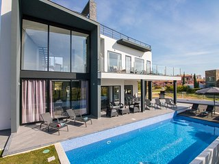 Villa Paris - Contemporary 4 Bedroom Villa Overlooking Victoria Golf Course.