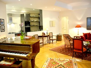 Spacious 2BR Luxury Near Eiffel Tower with Piano