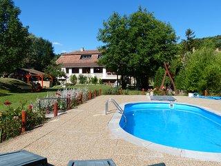 Woning met grote veranda, grote tuin en zwembad midden in de natuur.