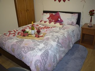 Cosy and bright ROMANTIC room with toilet and kitchennet, Greenford