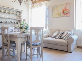 "Luccabookingholiday-""Peonia"" romantic and elegant apartment in center!"