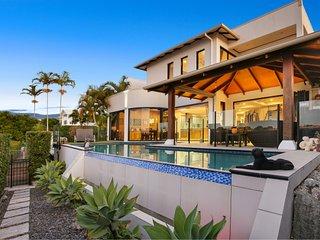 Waterfront Holiday Home on Kawana Island with pool, pontoon and WiFi