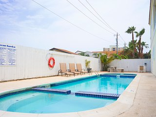 Ocean Garden #2 - Beautiful 2 Bedroom/2 Bathroom - Walk to the beach - WiFi, South Padre Island