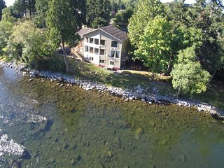 RIGHT ON THE RIVER COTTAGE river front, Campbell River