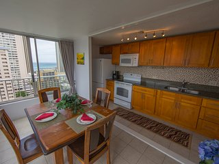 "Renovated, Ocean View, Quiet, Spacious, Full Kitchen, AC, W/D, Wifi, 55"" HD TV, Honolulu"