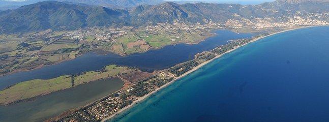 Situé sur le cordon lagunaire, au calme, tout proche de Bastia
