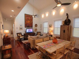 Stunning Loft in the Downtown Area w/ FREE private parking + WiFi, Savannah