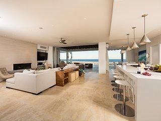 Impeccable Beachfront Villa with Private Pool, Loungers & Spacious Living Areas!, La Ribera