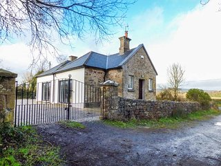 OLD SCHOOL HOUSE, bungalow, solid fuel stove, open plan living, Bansha, Ref, Tipperary