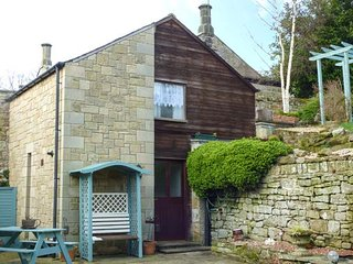 BONNY BARN, romantic cottage, pet-friendly, shared terrace, centre of village, Ref 951100