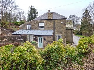 ST. JOHNS COTTAGE, stone-built cottage, tastefully furnished, WiFi, Penistone near Holmfirth, Ref 952635