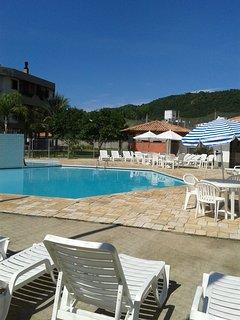 visão da piscina e salão de festas