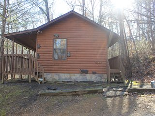 Private Cabin Getaway! Relax In The Hot Tub & Listen To The River! Gatlinburg/PF