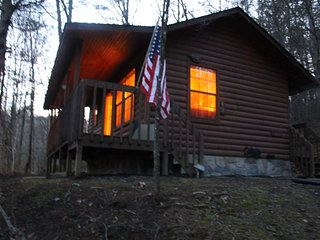*Special* Private Cabin Getaway! Relaxing Hot Tub and Fireplace! Gatlinburg/PF