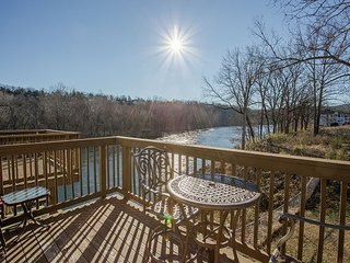 Tuscany on-Taneycomo-Pet Friendly 2 bedroom/2 bath condo on Lake Taneycomo
