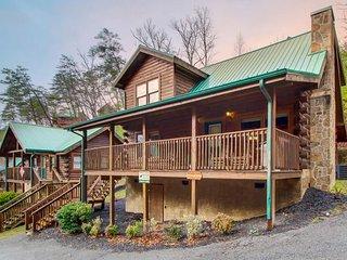 Split-level log cabin w/ game room, & hot tub - shared seasonal pool access!, Pigeon Forge