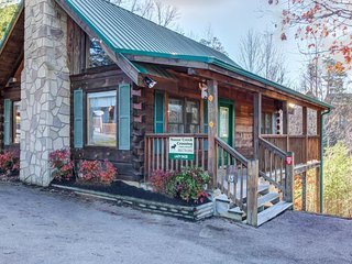 Romantic cabin for 2 w/private hot tub, shared seasonal pool!, Pigeon Forge