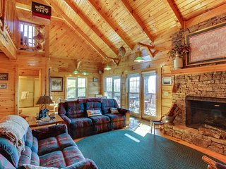 Spacious three-story cabin close to Great Smoky Mountains National Park, Sevierville