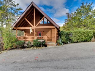 3-story luxury cabin w/ private hot tub & shared seasonal pool access