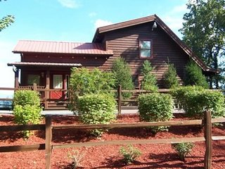 Rustic log cabin with private hot tub and panoramic Smoky Mountain views, Sevierville