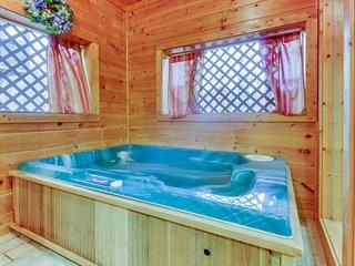 Quaint cabin w/ private hot tub & shared seasonal pool - great romantic getaway!, Pigeon Forge