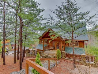Spacious, secluded cabin w/ private hot tub & outdoor fireplace & picnic area, Sevierville