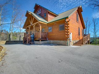 Cabin w/ private hot tub, outdoor firepit, & Awesome mountain views, Sevierville