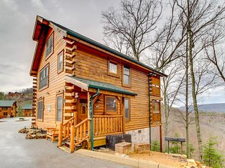 Dog-friendly getaway w/private hot tub, shared seasonal pool, sauna, etc., Sevierville