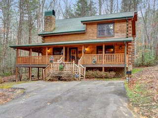 Charming cabin home with private hot tub, Jacuzzi tub, & family friendly style!, Sevierville